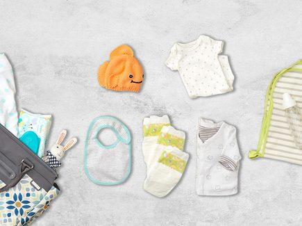 Varios artículos para tu bebé sobre una mesa