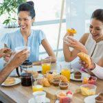 Amigos desayunando juntos en una mesa