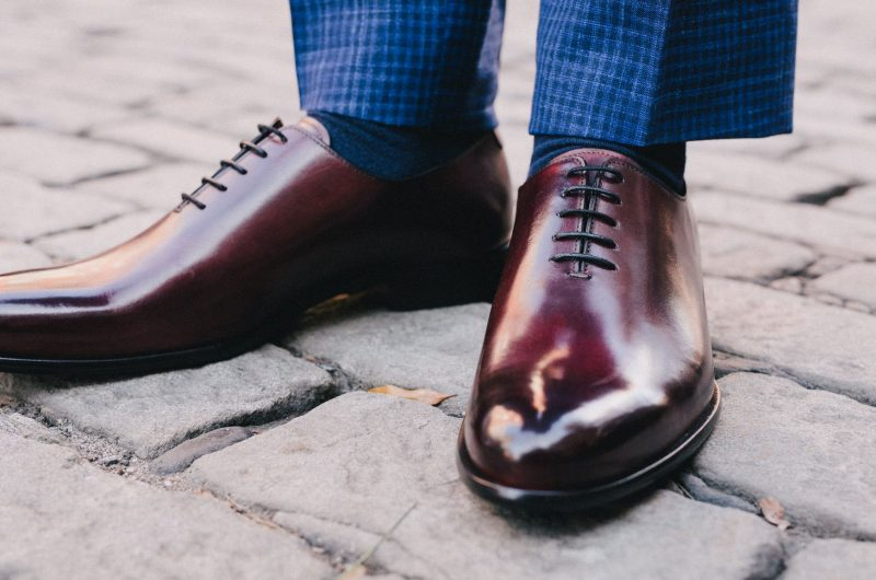 Zapatos oxblood con traje azul