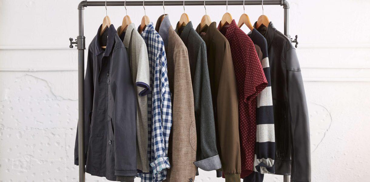 Camisas y sacos de diferentes colores colgados