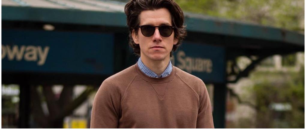 hombre usando suéter casual