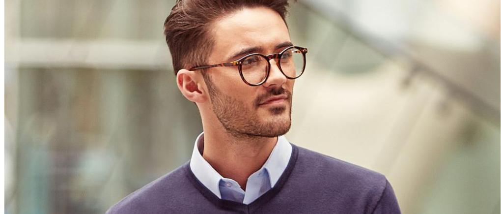 hombre con suéter cuello v