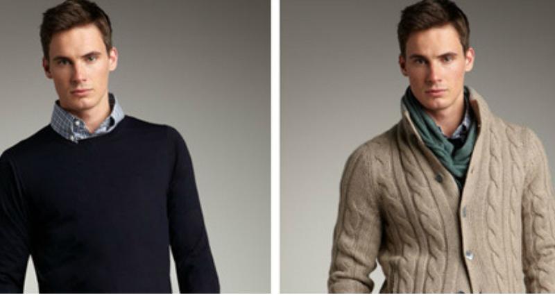 Hombre con distintos suéteres.