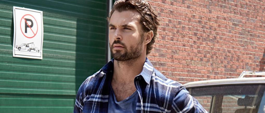 Hombre con camisa de franela.