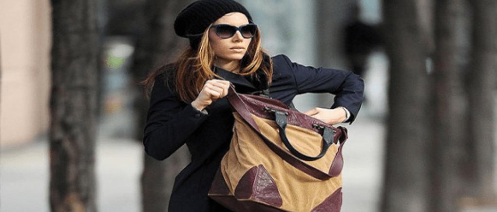 Mujer utilizando una bolsa grande color café