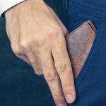 Hombre mostrando una cartera.