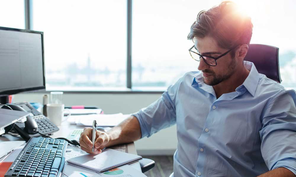 hombre creando un plan de finanzas