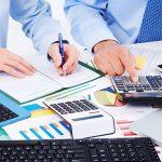 hombres organizando sus finanzas