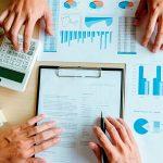 hombres creando plan financiero