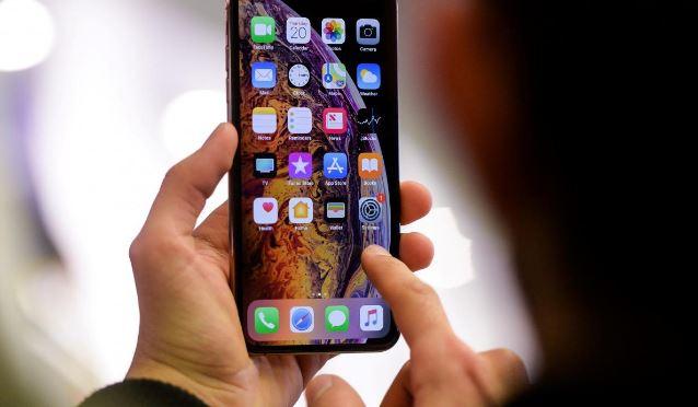 persona utilizando su iPhone