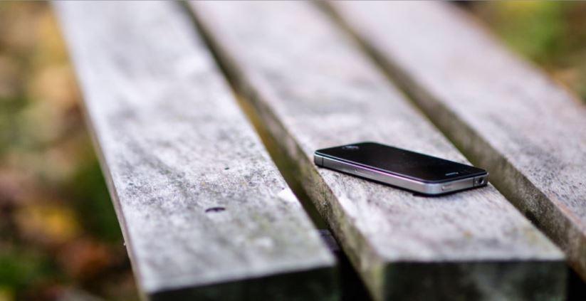 celular olvidado en las bancas de un jardín