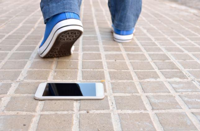 hombre extraviando su celular