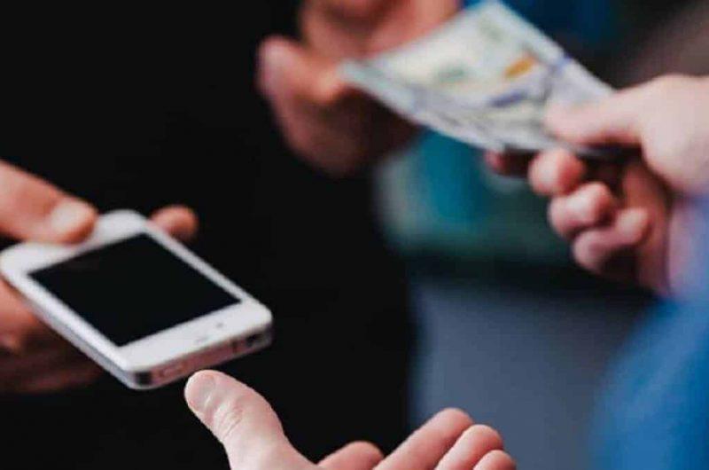 persona comprando un teléfono