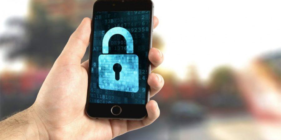 persona con celular asegurado