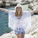 Mujer de cultura hippie modelando
